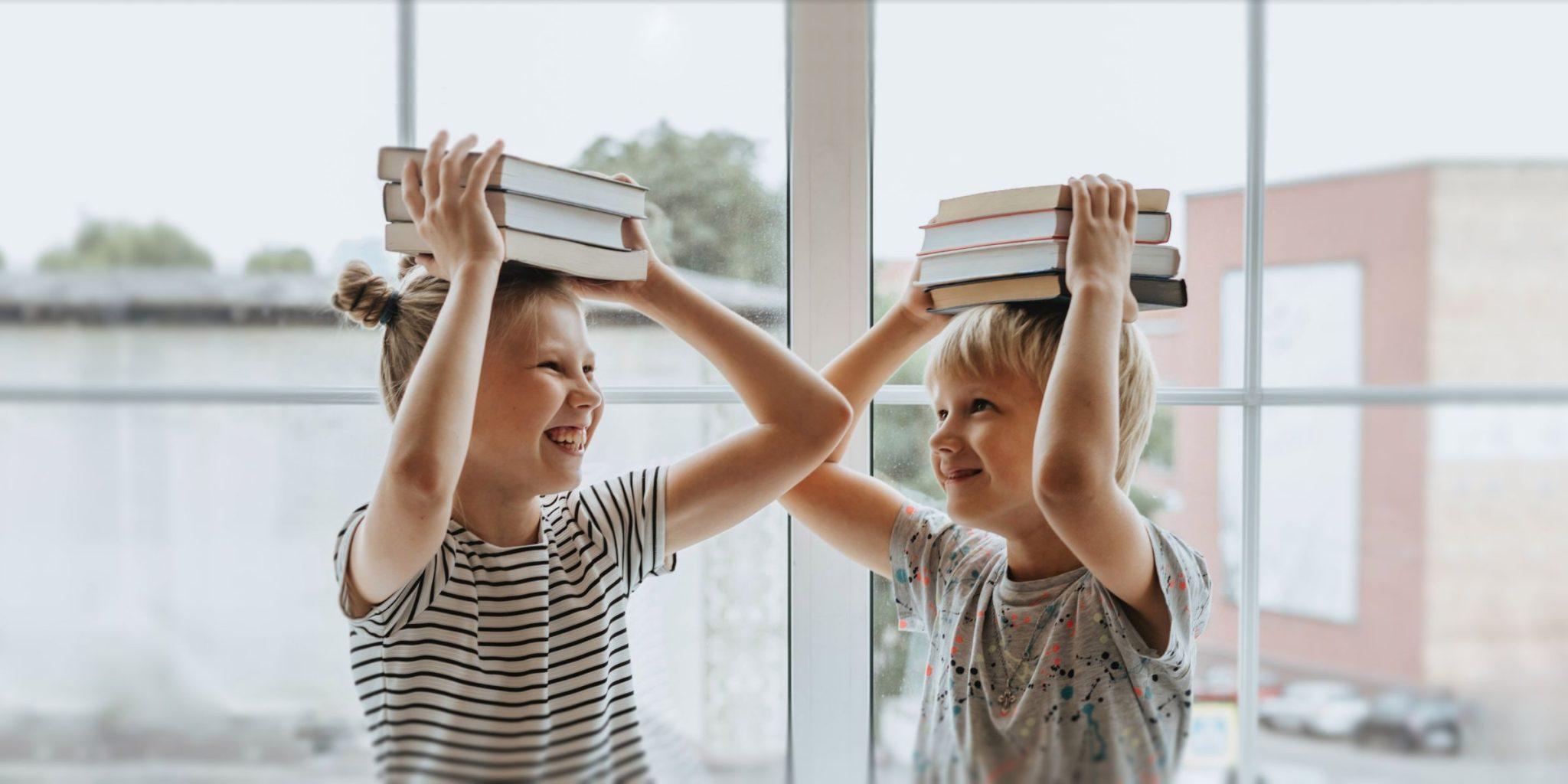 Lasteaialapsed hoiavad raamatuid peas. Pildi autor: Olia Danilevich.
